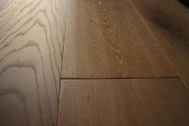 suelo de madera oscuro